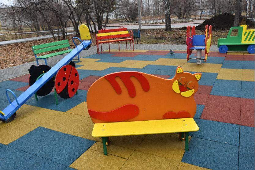 Для детей в сквере есть и качели, и лавочки, подходящие для малышей