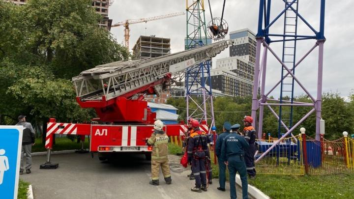 Два часа висели в воздухе: спасатели сняли людей, застрявших на аттракционе в парке Маяковского