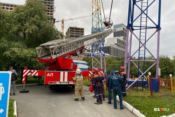 Спасатели эвакуировали людей из люльки сломавшегося аттракциона в парке Маяковского