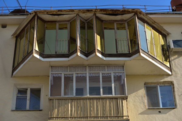 Необычный балкон видно издалека, он отличается от всех остальных.