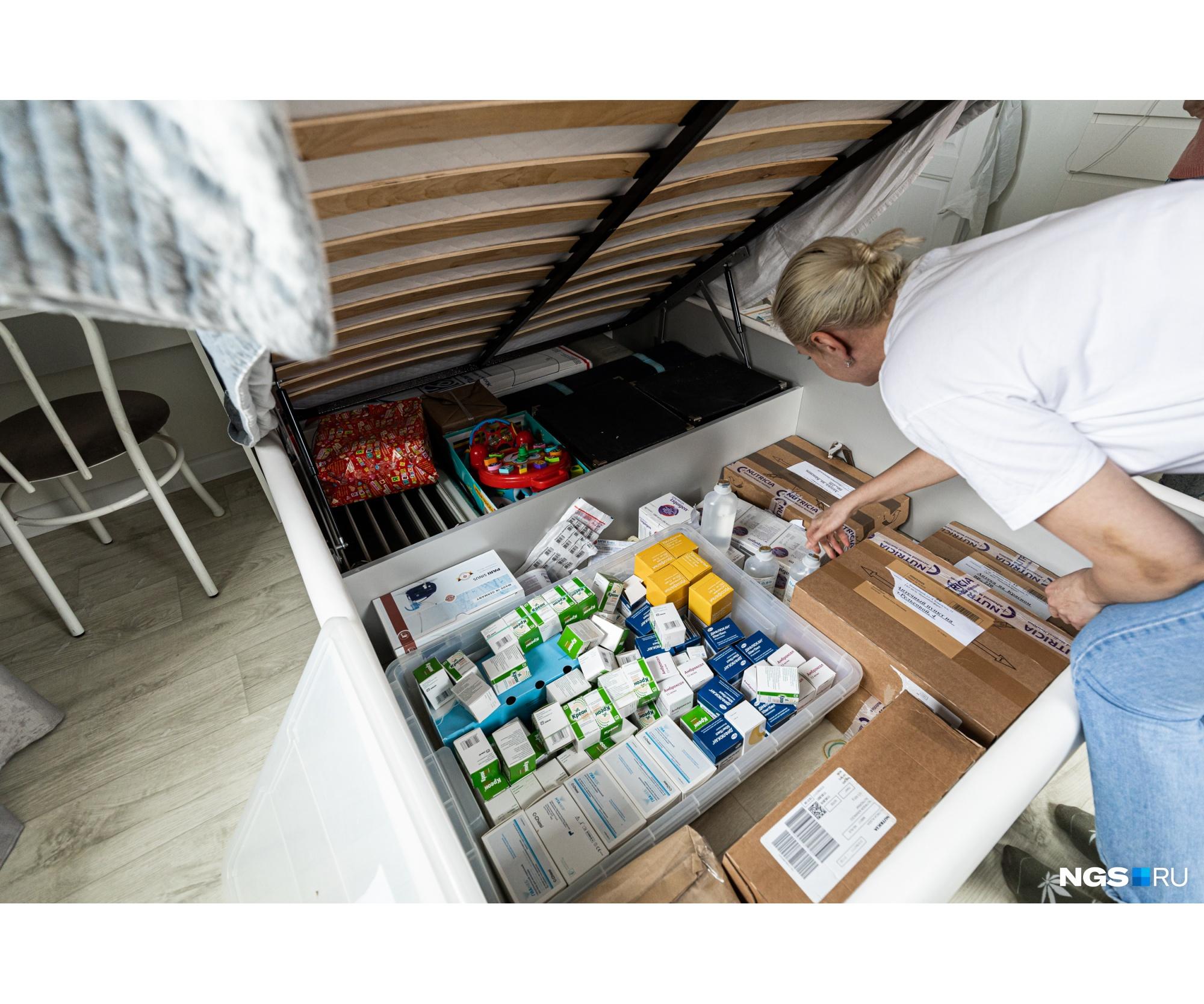Коробки с препаратами хранятся даже в ящике под кроватью
