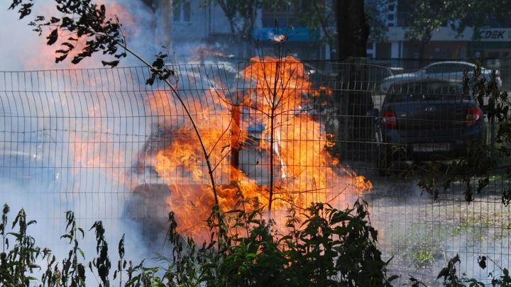 На Северо-Западе Челябинска сгорели три машины. Всё началось с тополиного пуха