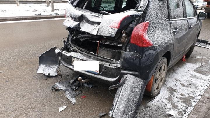 В Екатеринбурге грузовик въехал в легковушку, в которой на заднем сиденье были двое детей