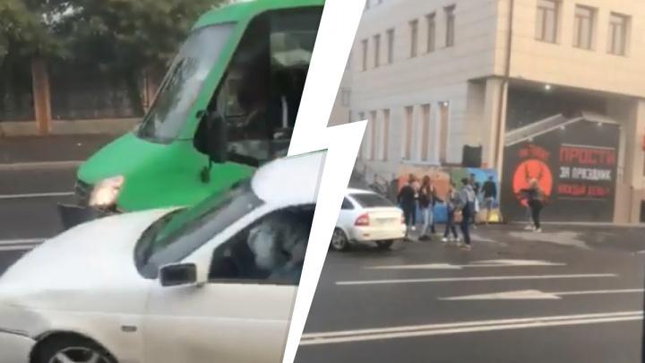 Рядом с баром в центре Тюмени пьяный лихач сбил пешехода и протаранил маршрутку