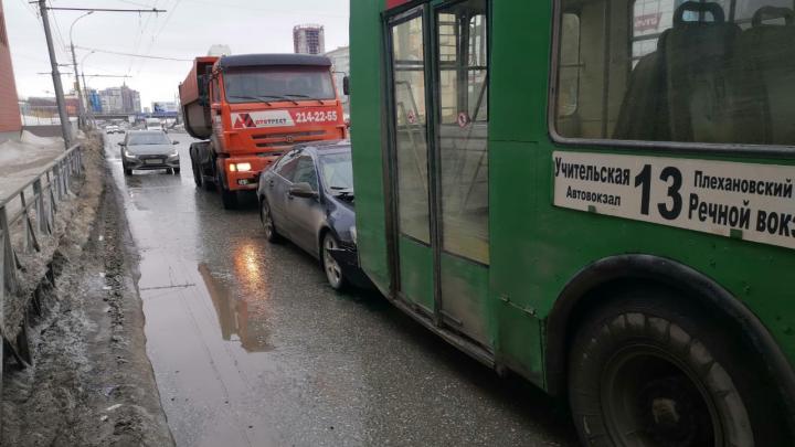 Седан зажало между троллейбусом и КАМАЗом на Ипподромской улице