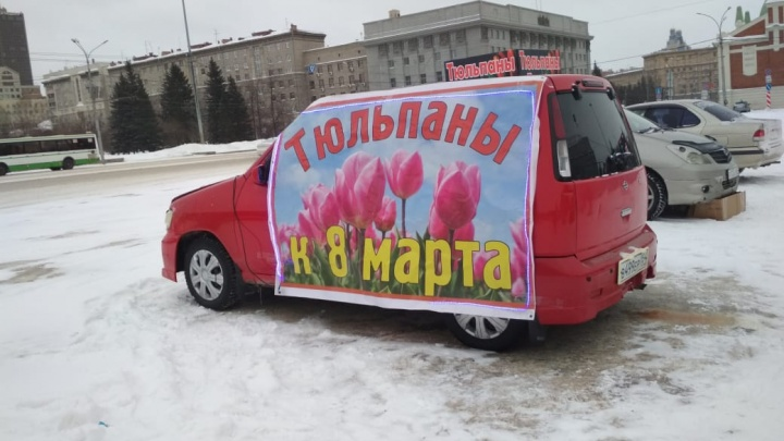 У кого дешевле: на городских парковках выстроились машины с тюльпанами