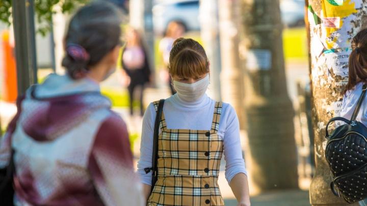 В Минобре рассказали, кто должен надевать маски на школьных линейках