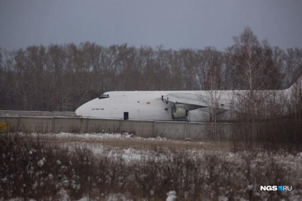 Самолет стоит в Толмачёво с 13 ноября