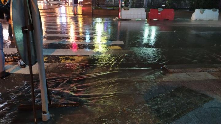 Мокрый апокалипсис: в Екатеринбург пришел ливень и все дороги затопило