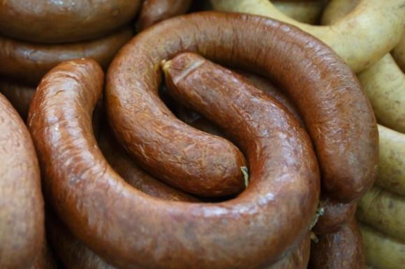 В магазине Волжского обнаружили колбасу без маркировки и мясо без документов