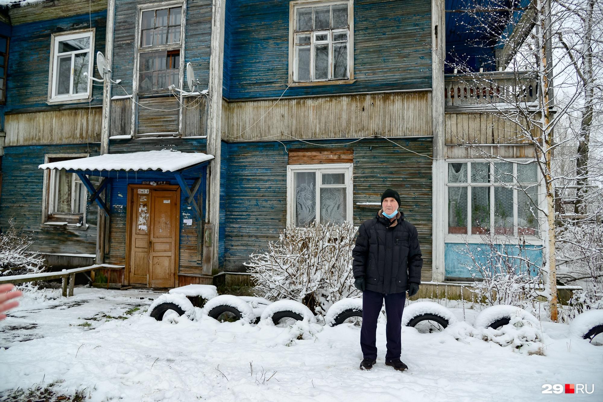 Счастливый дедушка Николай Тропин, который спустя годы наконец дождался расселения