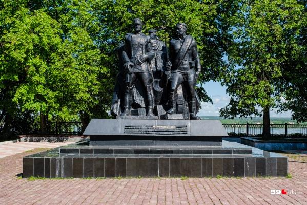 Монумент находится у Камы, в сквере имени Решетникова