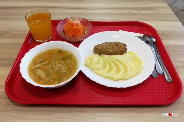 На обед детям дают суп и основное блюдо