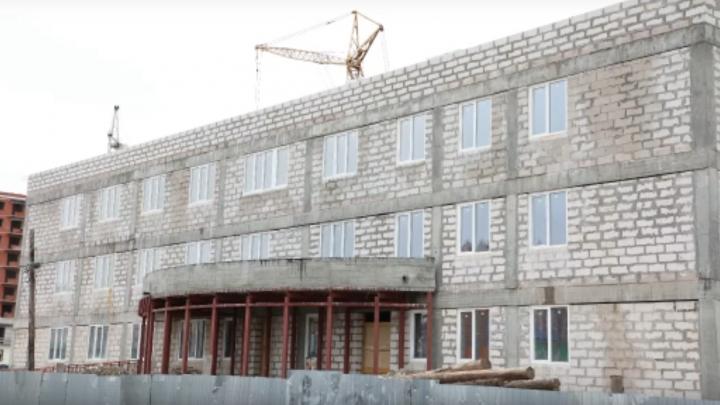 Кредит и коронавирус: почему на стройке поликлиники в Майской Горке замедлены работы