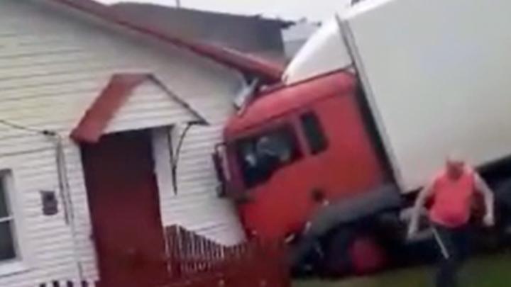 В Кузбассе грузовик после ДТП врезался в жилой дом