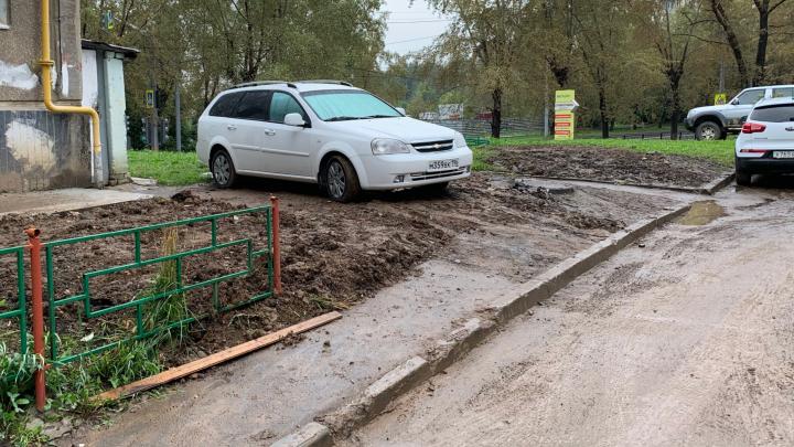 «Я паркуюсь как...»: автохамы массово растащили грязь по дождливому Екатеринбургу