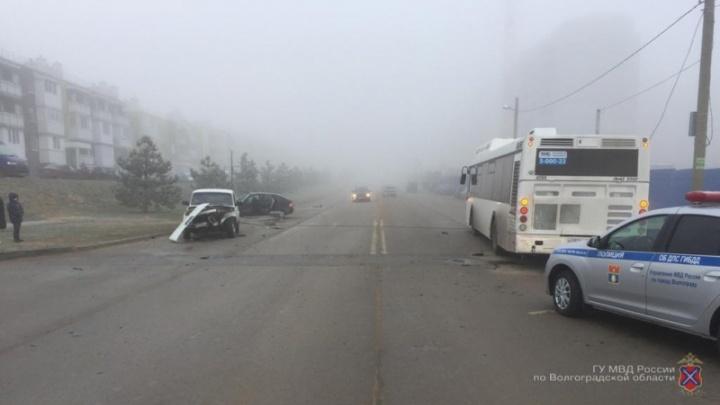 В Волгограде на автобус рухнула опора городского освещения