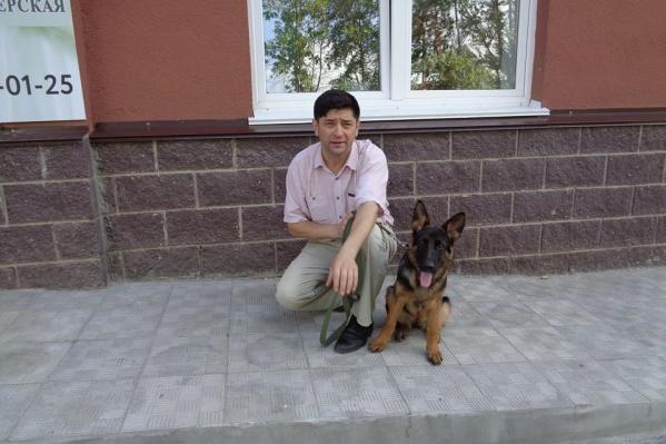 На фото — Урал Хамзин. Почти две недели назад его отец скончался от коронавируса, с его слов