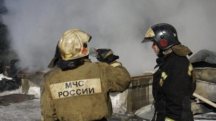 В Заельцовском районе загорелся подвал девятиэтажки — один человек погиб