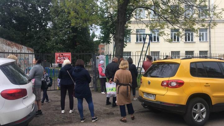 Толпы родителей за забором: как теперь в Ярославле забирают детей после уроков