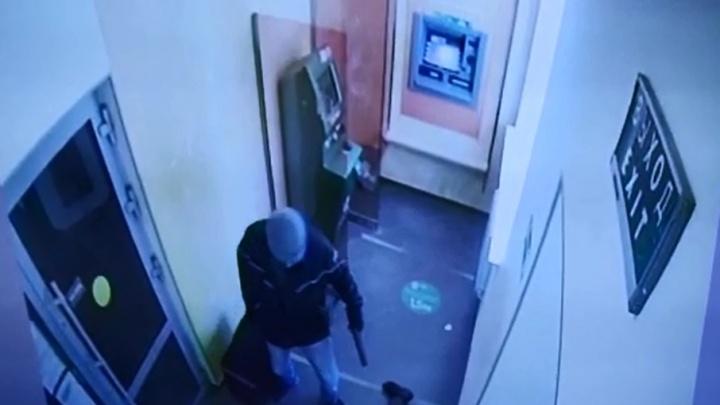 Уложил на пол и чем-то на них побрызгал: видео ограбления инкассаторов Сбербанка в Верхней Пышме