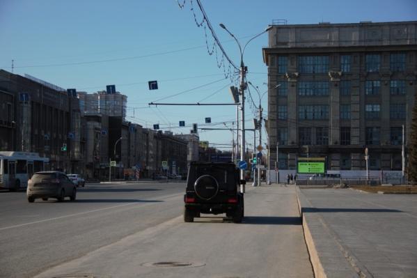 Черный «Гелендваген» просто встал на площади Ленина — ну а что, может себе позволить<br>