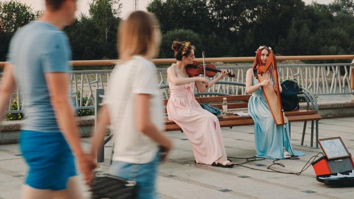 Догонялки в фонтанах и концерты у реки: что творится на набережной Туры в 30-градусную жару
