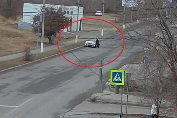 Пешеход врезался в водительскую дверь иномарки