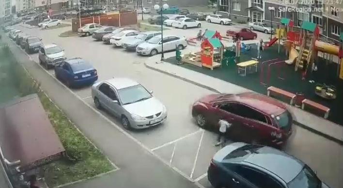 Во дворе жилого дома ребенок на самокате угодил под машину: кто виноват? Три мнения