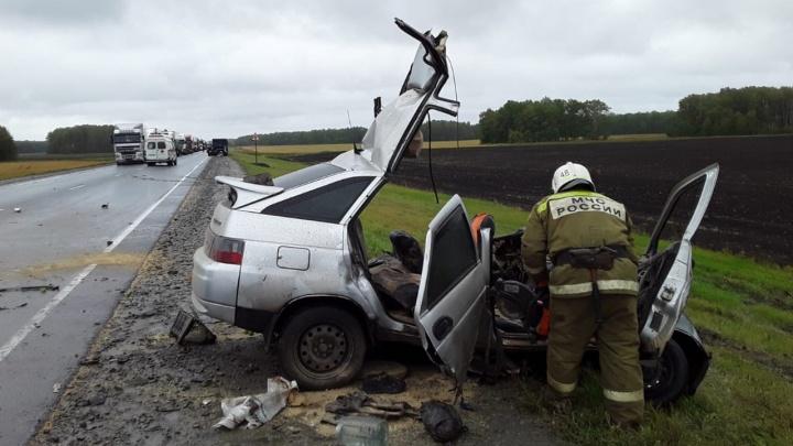 68-летний водитель легковушки врезался в КАМАЗ на встречке — его пришлось вырезать из машины