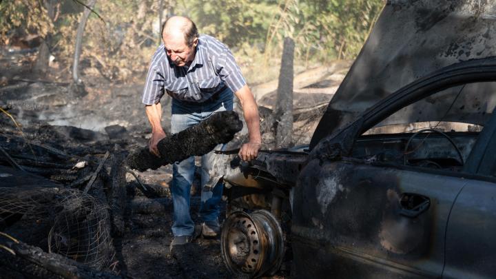 «Приезжали скупщики и убеждали порезать»: в Волгограде неизвестные украли гараж и сожгли машину инвалида
