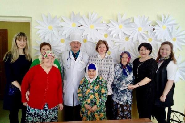 На фото Ленара Иванова запечатлена с постояльцами государственных интернатов для пожилых&nbsp;<br>