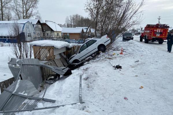 Машина упала в глубокую яму и врезалась в забор