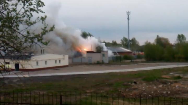 Огонь бушевал на сотнях метров: в Ярославле сгорел крупный склад