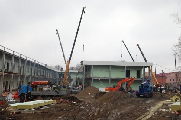 Работы выполнены на 95%, и уже завершено возведение стен нового медцентра