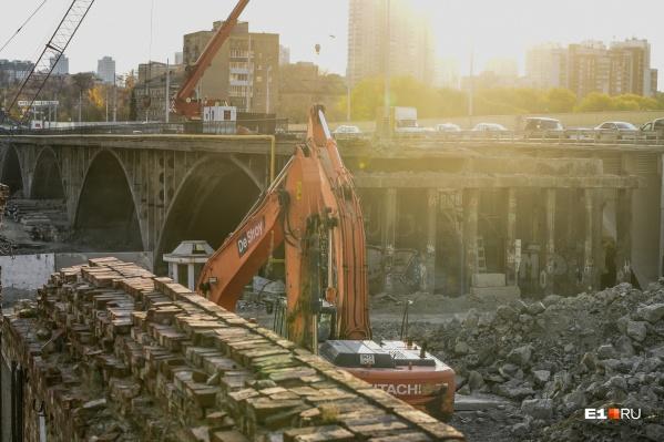 Техника разбирает остатки старого Макаровского моста