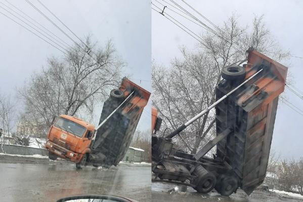 Неужели водитель не видел, что не «вписывается» под проводами?