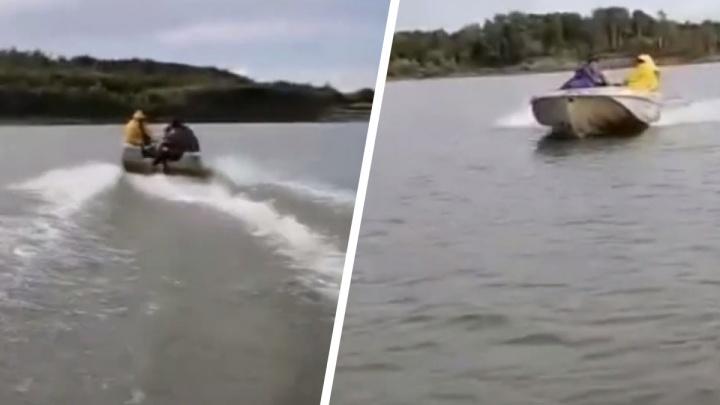 Лодку супругов из Новосибирска протаранили на рыбалке под Томском — потерпевшие сняли погоню на видео