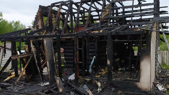 Дети плакали и просили друг у друга прощения: страшный пожар под Ярославлем оставил семью без дома
