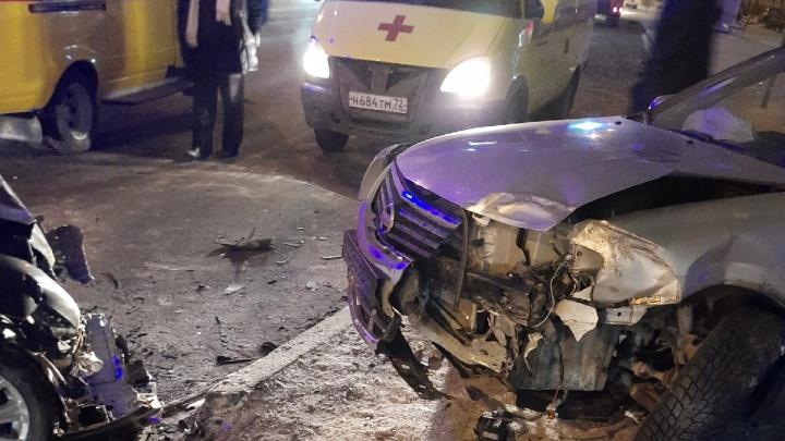 На Червишевском тракте в Тюмени столкнулись шесть автомобилей