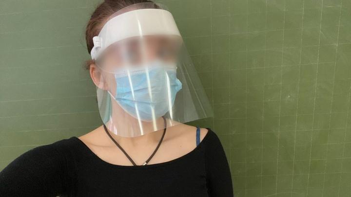 В Екатеринбурге учителям раздали пластиковые щитки от коронавируса