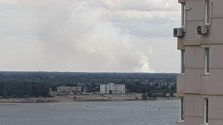 В Светлоярском районе горит заброшенная воинская часть