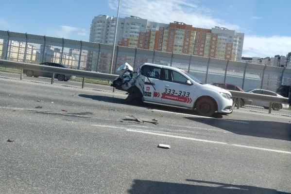 На улице Федюнинского грузовик снес половину такси и упал на бок