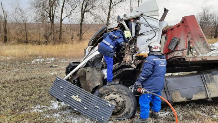 Водитель умер: под Самарой два грузовика столкнулись из-за скользкой дороги