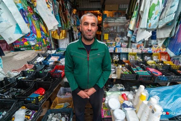 Ровшан в своем павильоне на рынке Гача