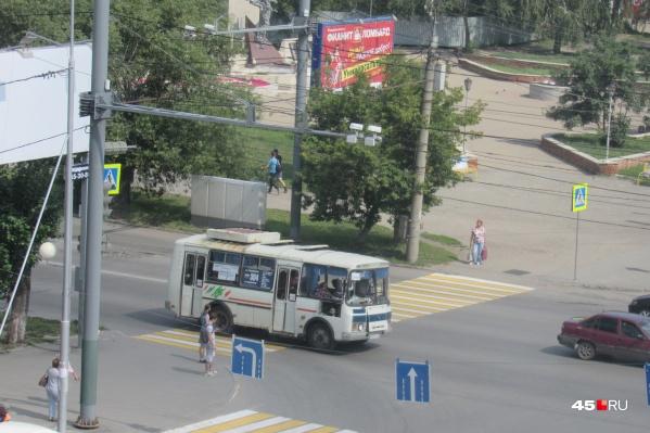 После сокращения количества автобусов на городских маршрутах курганцы стали чаще жаловаться на проблемы с общественным транспортом