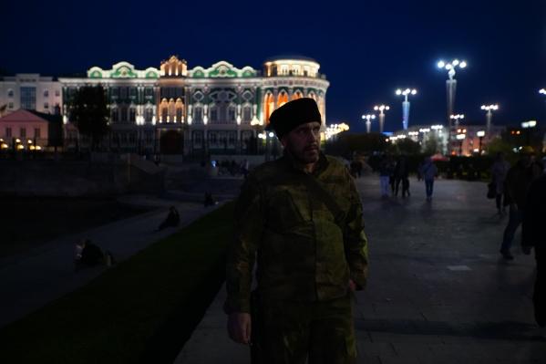 Казакизадержали 19-летнего студента УрФУ Александра Зиновьева, который, по их мнению, отличился внешним видом