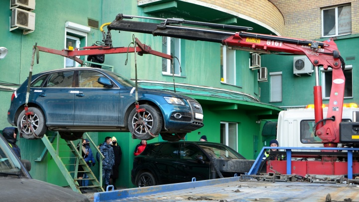 Жительница Челябинска чуть не лишилась элитного автомобиля из-за долгов за отопление