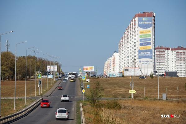 Через микрорайон проходит двухполосная дорога, которая не справляется с обилием транспорта