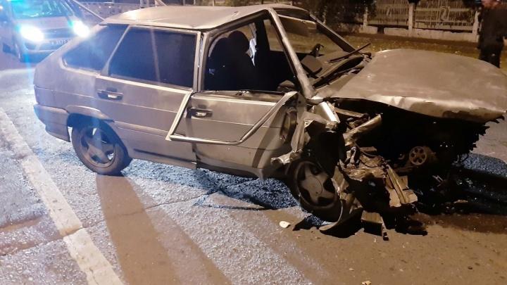 В Сызрани водитель ВАЗа протаранил ЛЭП и сбежал